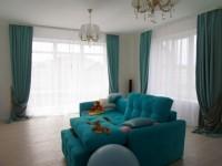 Гостиная с двумя окнами — стильный и уютный дизайн в гостиной (85 фото)
