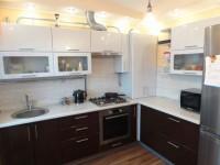 Газовая труба на кухне — как ее спрятать и задекорировать? Фото примеров готовых решений.