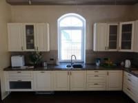 Кухня под окном — как оформить удобный интерьере? 98 фото примеров!