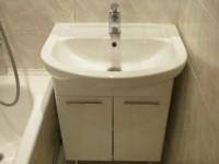 Как крепить раковину с тумбой в ванной?