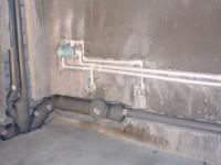 Как убрать канализационную трубу в ванной?