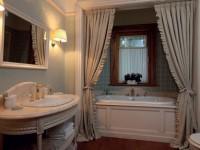 На какой высоте вешать шторку в ванной?