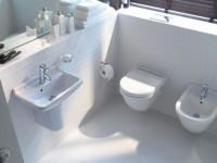 Как крепить раковину к стене в ванной?