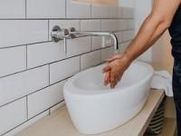 На какой высоте вешать умывальник в ванной?