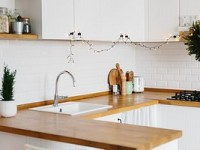 Как крепить плинтус к столешнице на кухне?