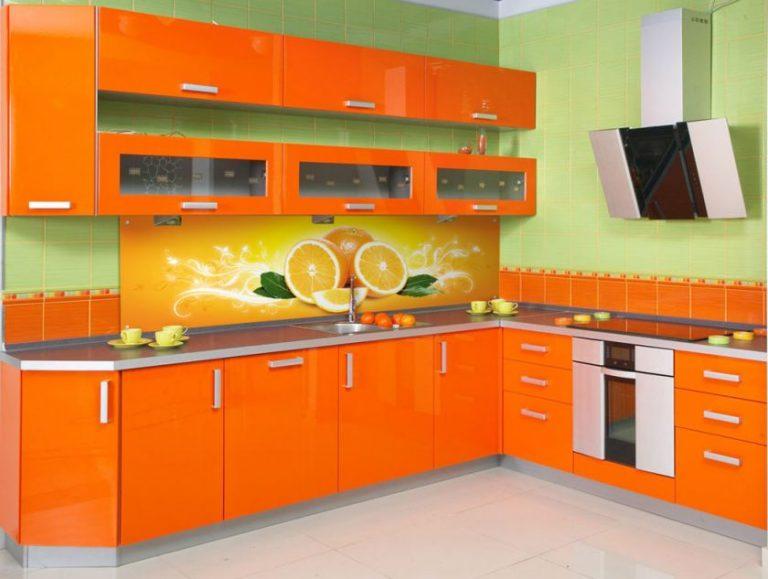 Оранжевая кухня цвет фартука
