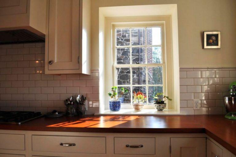 Кухня окно столешница с подоконники