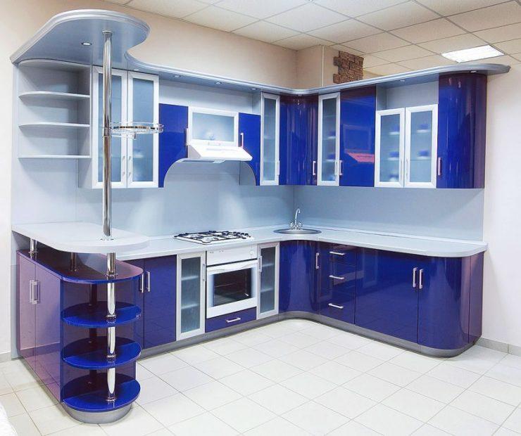 Синяя кухня с барной стойкой