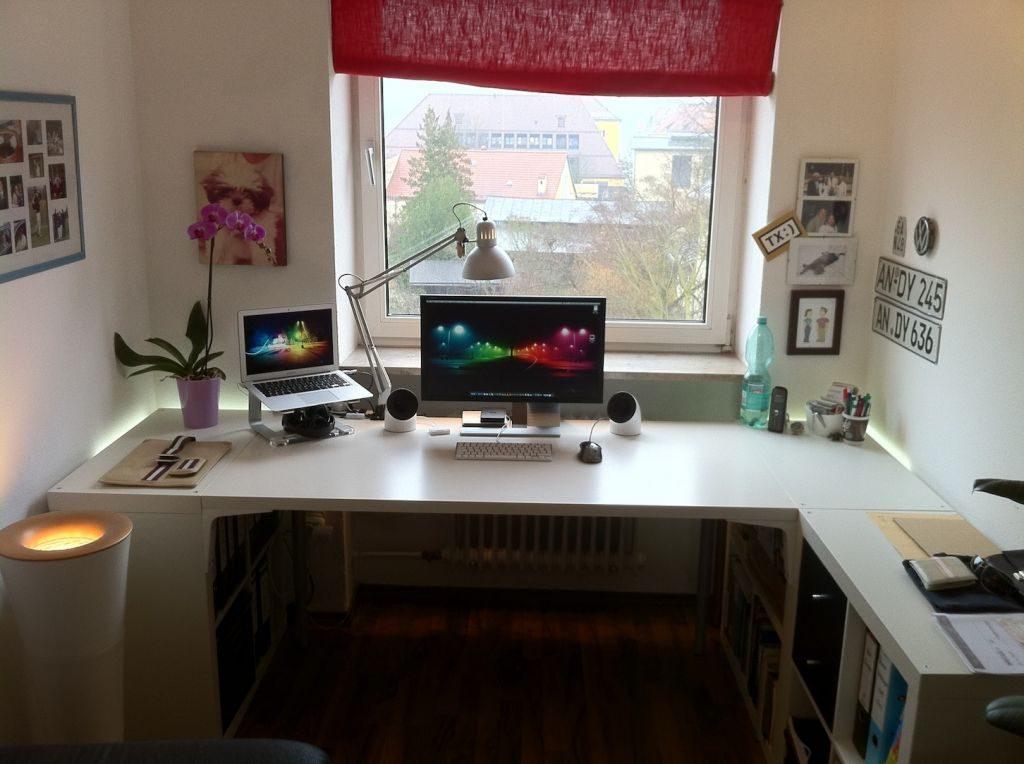 Небольшой столик на лоджию под ноутбук плетеный..