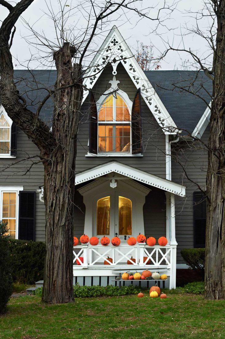 Halloween house decorations yard