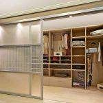 Двери купе в гардеробной комнате.