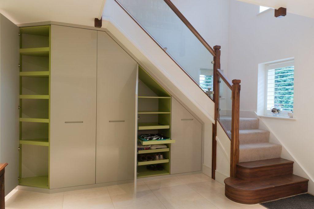 гардеробная под лестницей.