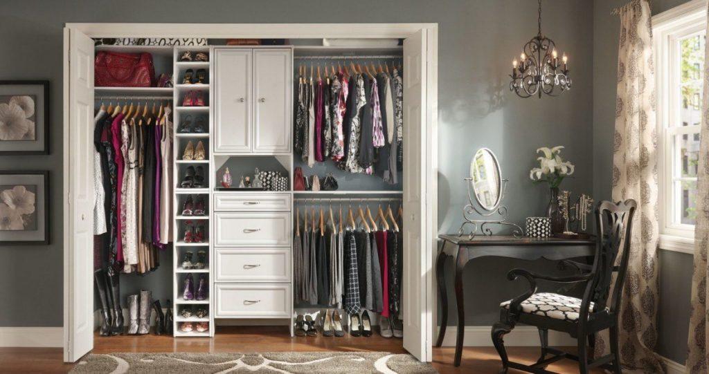обувница в гардеробной.