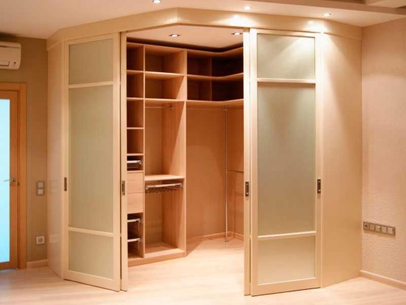 Большая гардеробная в спальне.