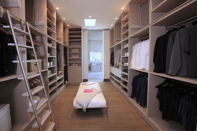 Свет в гардеробной.
